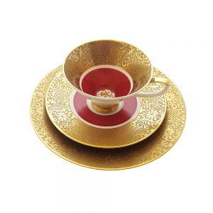Bavaria trio fincan takımı Red Beam; pasta tabağı & çay fincanı ve tabağından oluşan üçlü porselen set. Altın işlemeli kenarlarıyla kırmızının dansı!