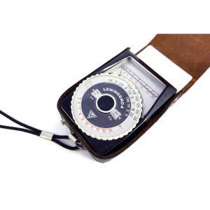 Leningrad 4 Pozometre poz değerini, objektiften vizöre giren ışığın miktarını ve ışık girme süresini ölçer. Deri çantasıyla. Retrozade - Vintage Antika