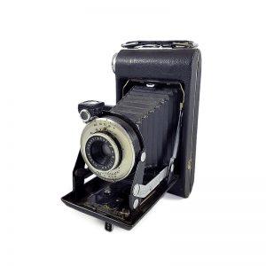 1939-1942 yılları arasında Kanada'da üretilen Kodak Vigilant Six-16 fotoğraf makinesi. Kodak Anastigmat f8.8 / 100mm lens. 616 roll film ile çalışır.