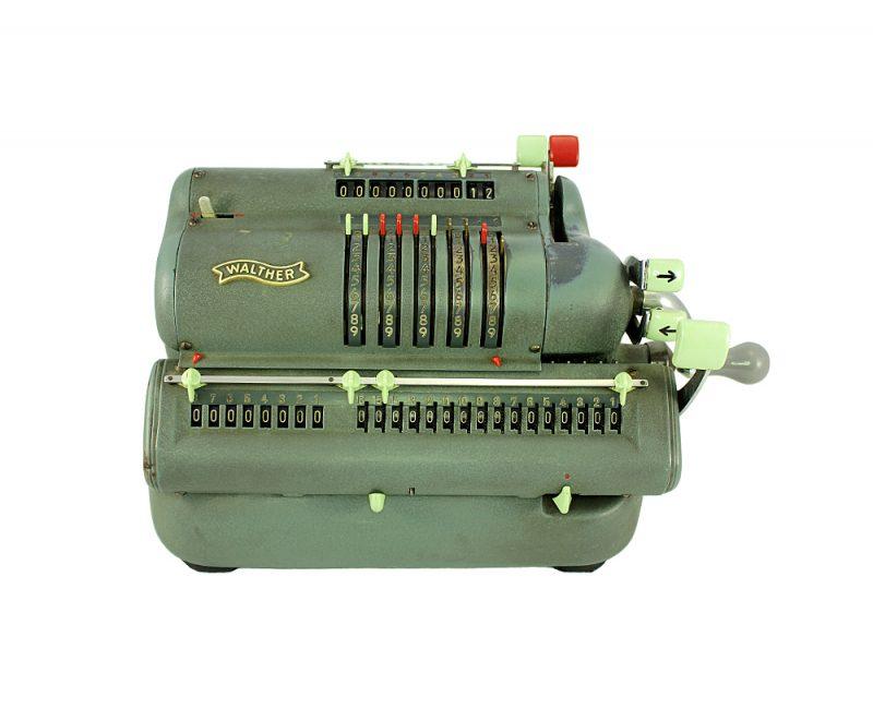 Koleksiyon ürünü Walther mekanik hesap makinesi. Toplama ve çıkarma yapıyor, çalışır durumda, 4.6 kg ağırlığında. Retrozade - Vintage Retro Antika