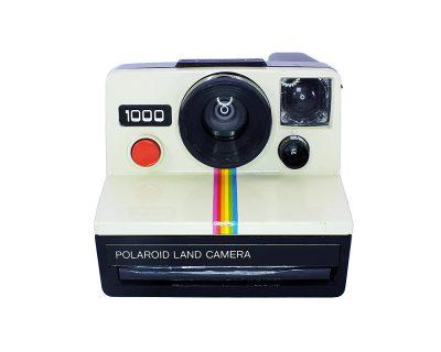 İkonik gökkuşağı modeli retro Polaroid 1000 şipşak fotoğraf makinesi. SX-70 integral film. Retrozade - Vintage Retro Antika