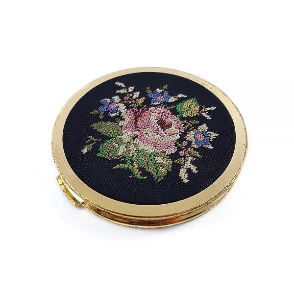 İpek üzerine elde işlenmiş petit point kanaviçe kapaklı ayna | pudralık seti çok nadir bulunan bir parça. Vintagedan vazgeçemeyenlere! Retrozade - Antika