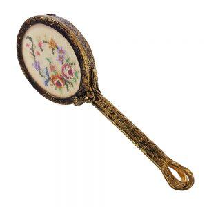 1930-40'lı yıllara ait nadir bulunan, ipek üzerine elde işlenmiş kanaviçe ve çok şık metal işlemeli sapıyla petit point kanaviçe bohem çanta aynası.