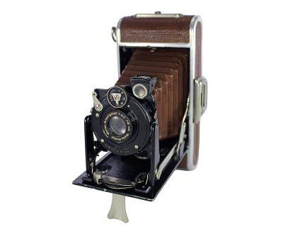 1930 Alman yapımı Welta Körüklü Fotoğraf Makinesi. Weltar Anastigmat 1:6.3 f:9cm lens, Pronto shutter, 6,5x11 format, 116 roll film kullanır. Retrozade