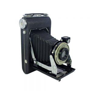 1940 - 48 Amerika üretimi orijinal kutusunda Kodak Vigilant Junior Six-20 6x9 körüklü fotoğraf makinası. Bimat lens ve Dakon shutter. 620 film ile çalışır.