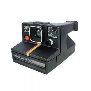 Vintage siyah ikonik gökkuşağı modeli şipşak Polaroid instant 1000 deluxe fotoğraf makinesi. Onestep fixed focus, SX-70 instant film kullanır. Retrozade