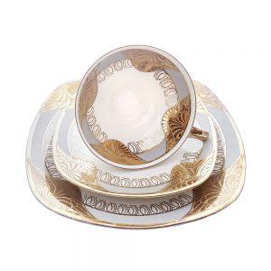 Bavaria trio fincan takımı Karo; pasta tabağı & çay fincanı ve tabağından oluşan üçlü porselen set. Gri-gold aşkı, kare tabaklarıyla çok farklı! Retrozade