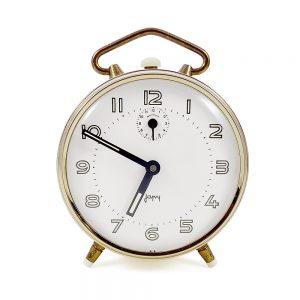 Kurmalı vintage çalar saat Sary, mütevazi bünyesinde çok hatıralar barındıran altın çerçeveli açık sarı/krem çalar saat! Retrozade - Vintage Retro Antika
