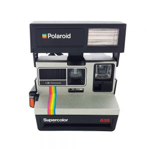 Gümüş - gökkuşağı modeli Polaroid 635 Supercolor şipşak fotoğraf makinesi. SX70, Impossible Project 600 film kullanır. Retrozade - Vintage