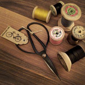 Demir makas el yapımıdır. Steampunk vintage bir dekor ya da bonzai makası olarak kullanılabilir. Oldukça keskindir. Retrozade - Vintage Retro Antika