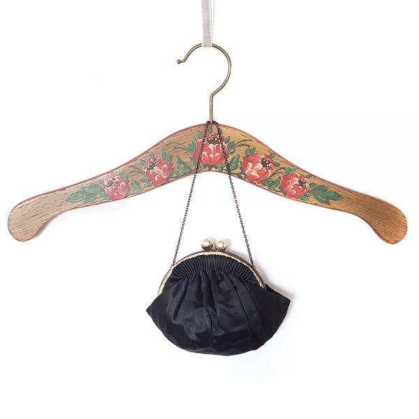 Vintage Fransız el yapımı çanta Pearla; tamamen el yapımı, mini boy, şık metal zincir ve inci klipsiyle vintage şıklığı seçenlere Retrozade'den!