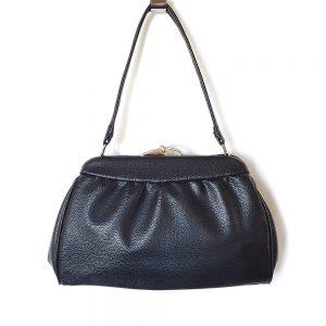 Siyah vintage çanta; tertemiz, deri görünümlü siyah renk, çok kaliteli ve gold klipsiyle çok demode! Retrozade - Vintage Retro Antika
