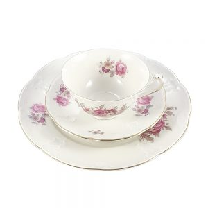 Porselen trio fincan takımı Rosette; pasta tabağı & çay fincanı ve tabağından oluşan porselen set. Dantel işlemelerle bezeli pembe gül bahçesi Retrozade'de!