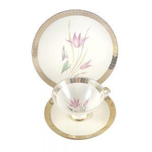 Bavaria trio fincan takımı Lillie; pasta tabağı & çay fincanı ve tabağından oluşan porselen set. Retro çizgiler ve narin çiçeklerin aşkı Retrozade'de!