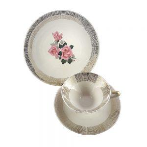 Bavaria trio fincan takımı Linea; pasta tabağı & çay fincanı ve tabağından oluşan porselen set. Altın yaldızlarla bezenmiş pembe gül demeti Retrozade'de! Retrozade Vintage • Retro • Antika