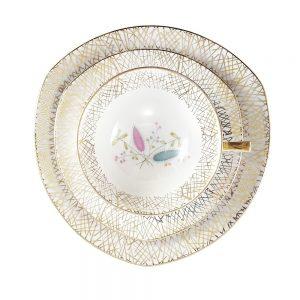 Bavaria trio fincan takımı Ziggie; pasta tabağı & çay fincanı ve tabağından oluşan porselen set. Retro designıyla göz dolduran vintage Retrozade'de!