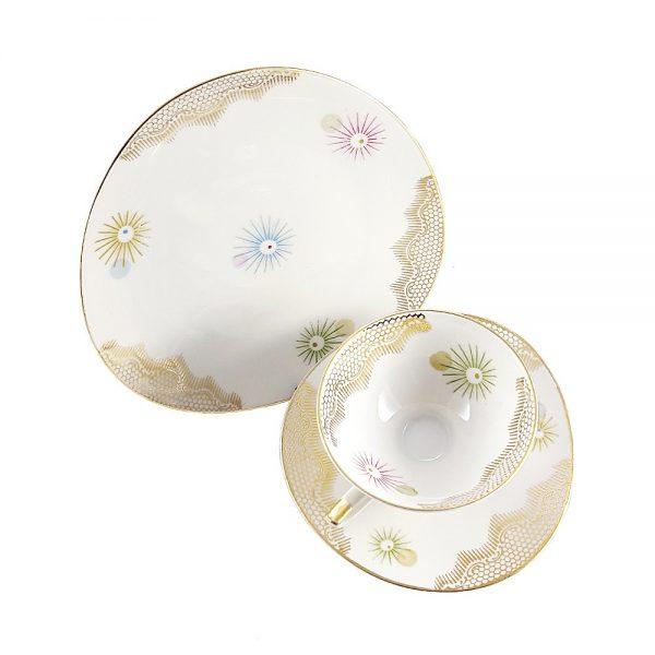 Bavaria trio fincan takımı Sputnik; pasta tabağı & çay fincanı ve tabağından oluşan porselen set. Retro designıyla göz dolduran vintage Retrozade'de!