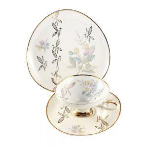 Bavaria trio fincan takımı Padua; pasta tabağı & çay fincanı ve tabağından oluşan porselen set. Retro designıyla göz dolduran vintage Retrozade'de!